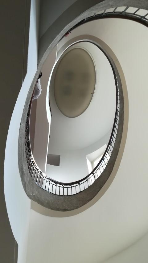 UTF-8   Treppenhaus in der Bauhaus Universität